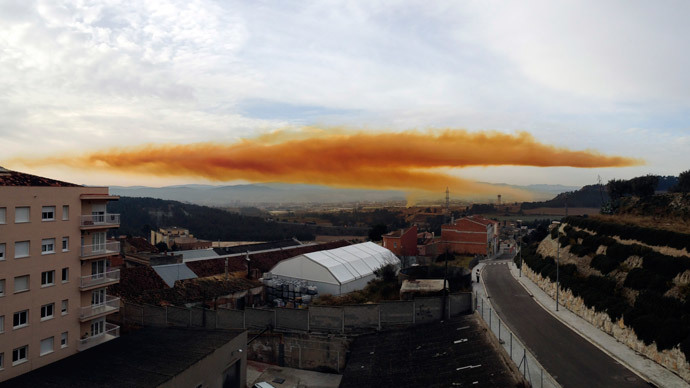 An orange toxic cloud is seen over the town of Igualada, near Barcelona, following an explosion in a chemical plant, February 12, 2015.(Reuters / Alba Aribau)