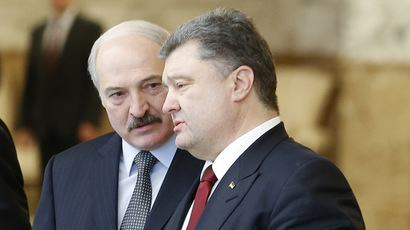 Belarussian President Alexander Lukashenko (L) speaks with Ukrainian President Petro Poroshenko after peace talks on resolving the Ukrainian crisis in Minsk, February 12, 2015. (Reuters/Vasily Fedosenko)
