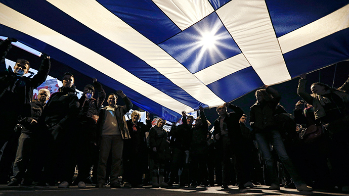 Protesters hold a giant Greek national flag during an anti-austerity and pro-government demonstration in front of the parliament in Athens February 15, 2015 (Reuters / Alkis Konstantinidis)