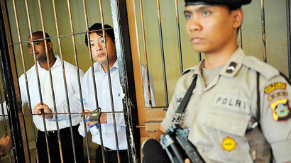 ARCHIVE PHOTO: Australian death row prisoners Andrew Chan (C) and Myuran Sukumaran (L) are seen in a holding cell waiting to attend a review hearing in the District Court of Denpasar on the Indonesian island of Bali, in this October 8, 2010 picture taken by Antara Foto (Reuters / Antara Foto)