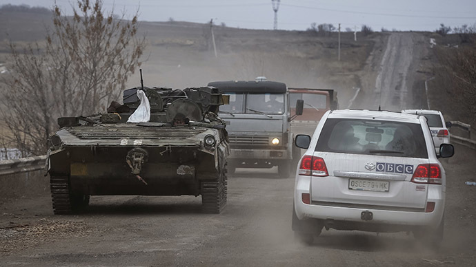 Vehicles of the Special Monitoring Mission of the Organization for Security and Cooperation (OSCE) to Ukraine near Debaltsevo, eastern Ukraine, February 20, 2015. (Reuters/Gleb Garanich)