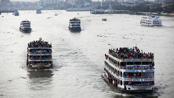 Overcrowded passenger boats navigate through river in Dhaka (Reuters / Andrew Biraj)