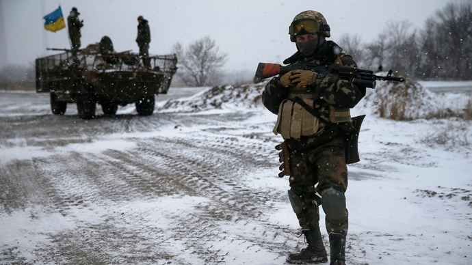Ukrainian armed forces take their position near Debaltsevo, eastern Ukraine (Reuters / Gleb Garanich)