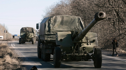 A mobile artillery cannons, are seen as they pull back from Donetsk, February 24, 2015 (Reuters / Baz Ratner)