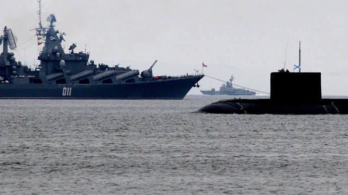 The guided missile cruiser Varyag (L) and the Varshavyanka class diesel submarine (RIA Novosti / Vitaliy Ankov)