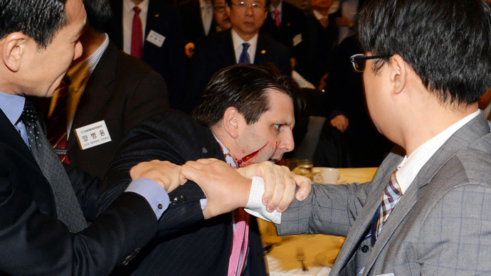 US ambassador to South Korea Mark Lippert (C) with a wound on his face as he leaves the Sejong Cultural Institute in Seoul, after being injured in an attack by an armed assailant.(AFP Photo / Munhwa Ilbo )