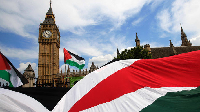 Demonstrators carry Palestinian flags as they protest outside the Houses of Parliament in central London.(Reuters / luke MacGregor)