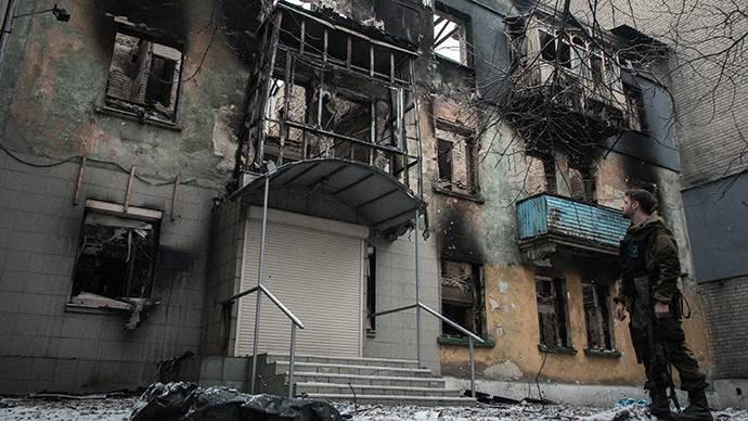 An apartment building in Debaltsevo destroyed by shelling (Reuters / John Trast)