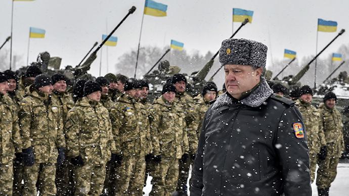 Ukrainian president Petr Poroshenko walks along a formation of soldiers (RIA Novosti / Nikolay Lazarenko)