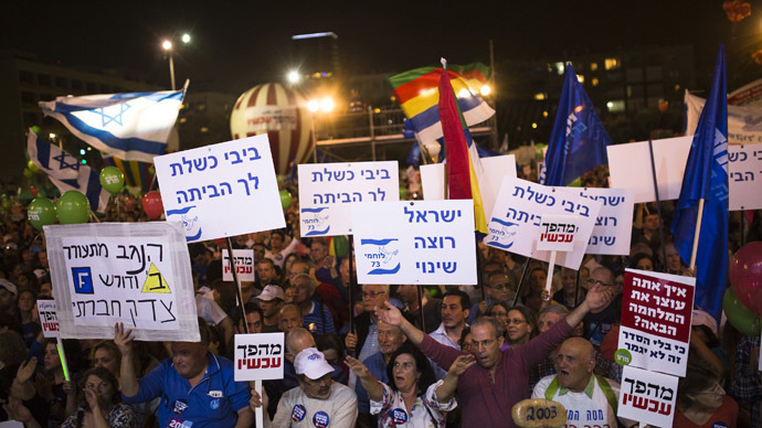 Israelis gather at a rally, calling for a change of Government and to replace Prime Minister Benjamin Netanyahu, at Rabin Square in Tel Aviv, March 7, 2015. (Reuters/Amir Cohen)