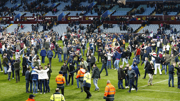 Pitch invasion chaos prompts English FA investigation (VIDEO)