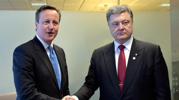 British Prime Minister David Cameron poses with Ukrainian President Petro Poroshenko (R).(Reuters / Eric Vidal)