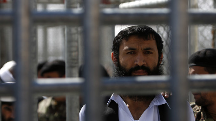 A prisoner stands in line for his release during a ceremony handing over the Bagram prison to Afghan authoritiesю (Reuters / Mohammad Ismail)