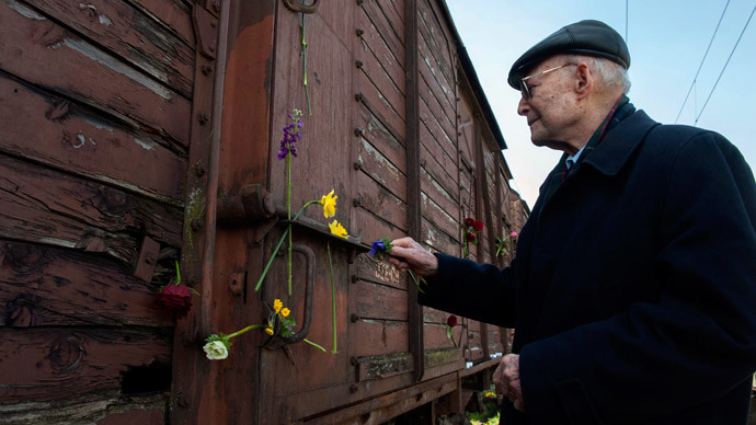 Holocaust survivor Heinz Kounio places a flower on a train wagon during the 72nd anniversary of the first deportation of Jews from Thessaloniki to Auschwitz, in Thessaloniki.(Reuters / Alexandros Avramidis)