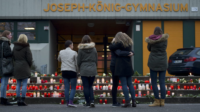Students stand in front of lit candles outside the Josef-Koenig-Gymnasium high school in Haltern am See, March, 24, 2015. (Reuters/Kirsten Neumann)