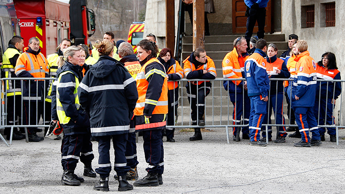 French firefighters and rescue members gather outside the gymnasium where relatives and officials are due to pay tribute to the victims of the Airbus A320 crash, in Seyne-les-Alpes, March 25, 2015 (Reuters / Eric Gaillard)
