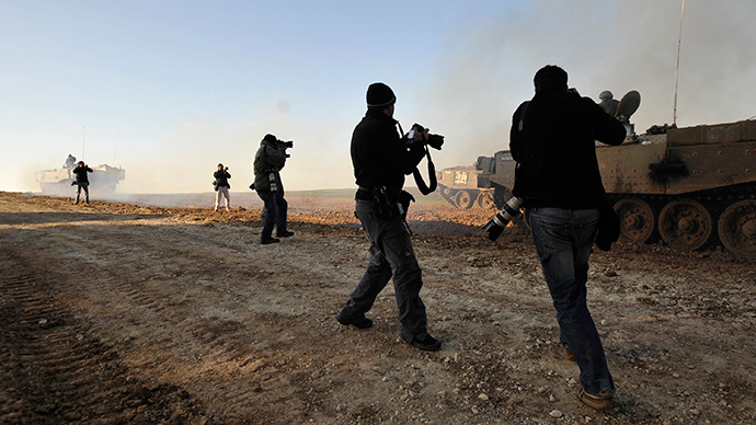 ARCHIVE PHOTO: Photographers take pictures of Israeli troops just outside the northern Gaza Strip (Reuters / Amir Cohen)