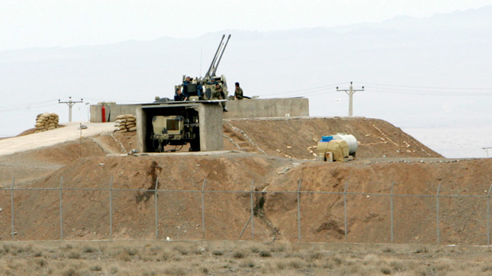 Iranian soldiers stand guard on an anti-aircraft machine gun inside the Natanz uranium. (Reuters / Raheb Homavandi)