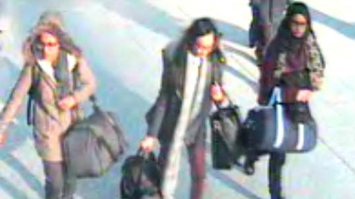 A handout CCTV picture received from the Metropolitan Police Service (MPS) on February 23, 2015 shows (L-R) British teenagers Amira Abase, Kadiza Sultana and Shamima Begum walking with luggage at Gatwick Airport, south of London, on February 17, 2015. (AFP Photo / Metropolitan Police)