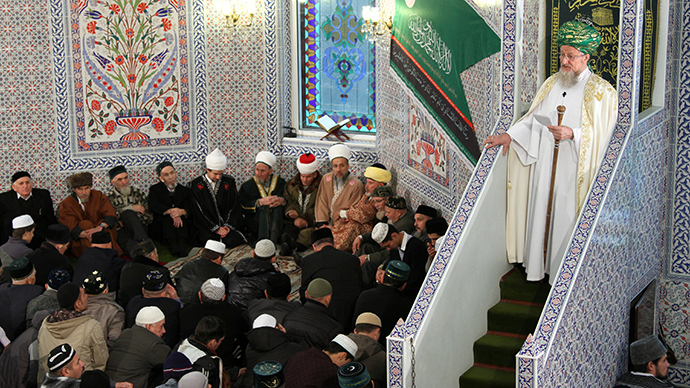 Muslims in Lala-Tulpan Mosque in Ufa during the celebrations of Kurban Bairam, the Festival of Sacrifice. Chairman of Russia's Central Religious Muslim Board Talgat Tadjuddin stands on the right (RIA Novosti / Vadim Braydov)