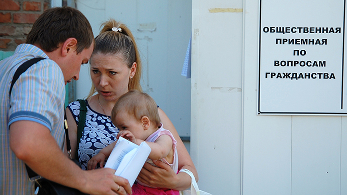 A family of refugees from southeastern Ukraine seen near the Federal Migration Service's office in Belgorod which is going to provide them with temporary residence permits and refugee statuses (RIA Novosti / Vladimir Kornev)