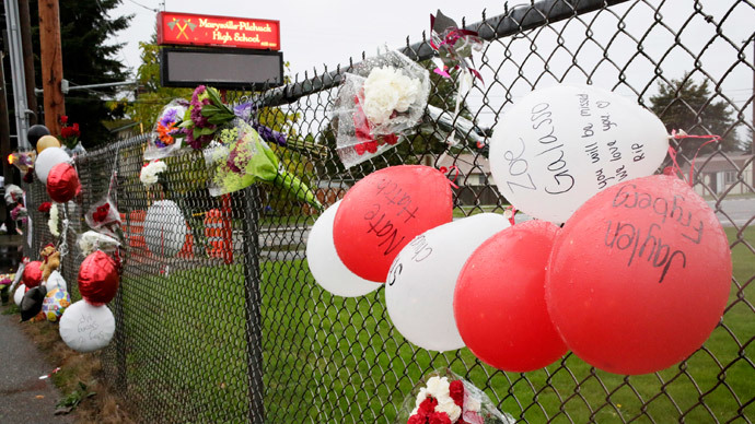 A makeshift memorial is seen outside Marysville-Pilchuck High School the day after a school shooting in Marysville, Washington October 25, 2014.(Reuters / Jason Redmond)