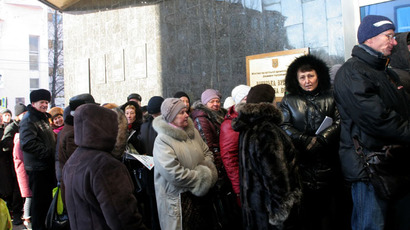 Donetsk residents stand in line for their pensions at an office of the Donetsk People's Republic Central Bank. (RIA Novosti/Igor Maslov)