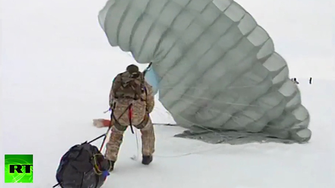Russian paratroopers make history by landing on drifting Arctic iceberg (VIDEO)