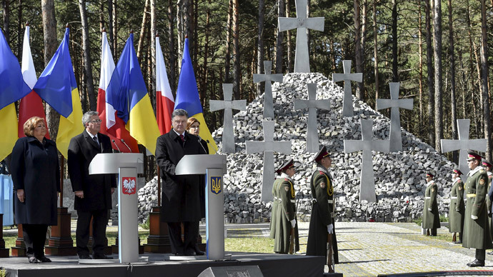 "Ukraine's President Petro Poroshenko (2nd R), his wife Maryna (R), Polish President Bronislaw Komorowski (2nd L) and his wife Anna visit the National Historic and Memorial Reserve ""Bykivnia Graves"", commemorating victims of Soviet-era repressions, near Kiev April 9, 2015. (Reuters / Mykola Lazarenko)"