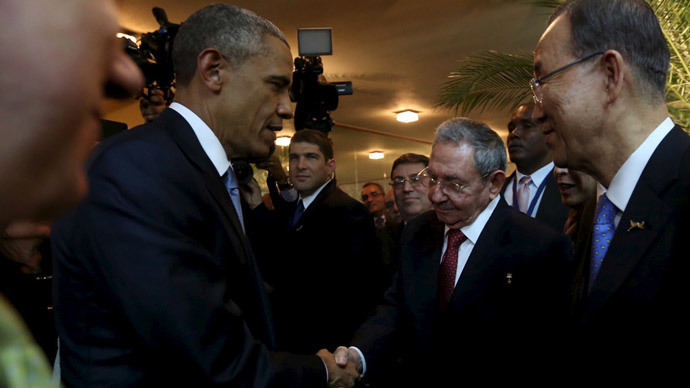 U.S. President Barack Obama (L) and his Cuban counterpart Raul Castro shake hands as U.N. Secretary General Ban Ki-moon (R) looks on, before the inauguration of the VII Summit of the Americas in Panama City April 10, 2015. (Reuters / Panama Presidency)