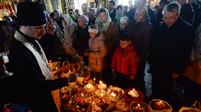 Consecration of Easter cakes on Easter Saturday in the Church of the Dormition, the village of Stromyn, Moscow Region (RIA Novosti / Kirill Kallinikov)