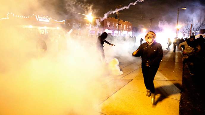 Protesters run from a cloud of tear gas after a grand jury returned no indictment in the shooting of Michael Brown in Ferguson, Missouri, November 24, 2014 (Reuters / Jim Young)