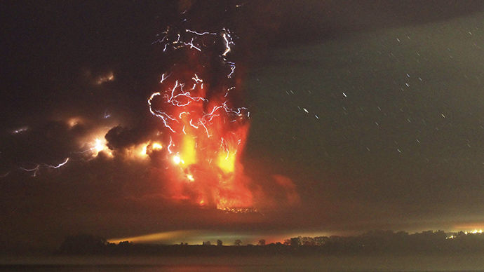 Hell of a VIDEO: Lava column & lightning hit dark sky as Chile's Mt. Calbuco erupts for 2nd day