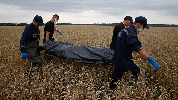 Members of the Ukrainian Emergency Ministry carry a body at the crash site of Malaysia Airlines Flight MH17 July 19, 2014 (Reuters / Maxim Zmeyev)