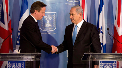 British Prime Minister David Cameron (L) shakes hands with his Israeli counterpart Benjamin Netanyahu (Reuters / Menahem Kahana / Pool)