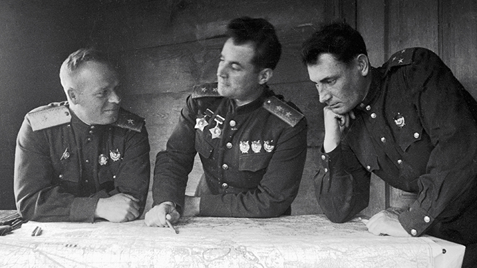 Lieutenant General Ivan Chernyakhovsky (center) with commissioned officers at the 60th army staff office. (RIA Novosti/Alexander Kapustyanskiy)