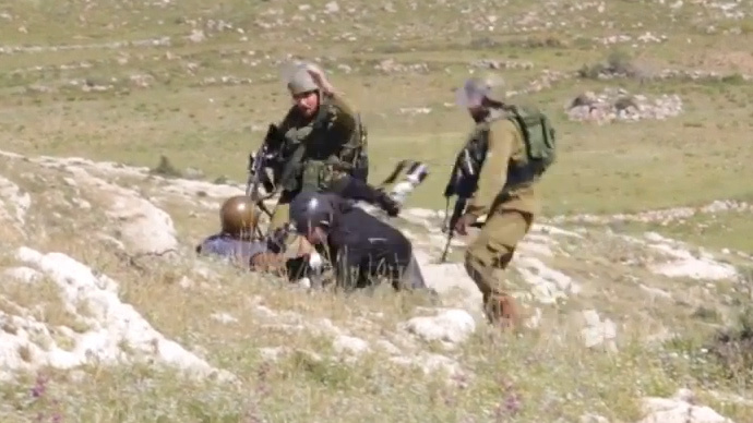 'Get out of here!': Israeli soldiers attack photojournalists near West Bank town (VIDEO)