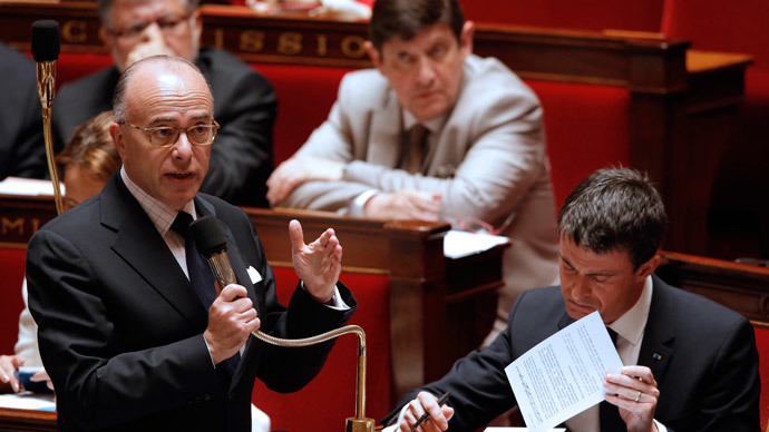 French Interior minister Bernard Cazeneuve (L) and Prime Minister Manuel Valls (R) attend the questions to the government session at the National Assembly in Paris, France before the vote for the surveillance bill in parliament, May 5, 2015.(Reuters / Christian Hartmann)