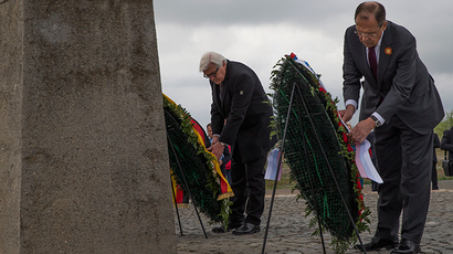 German Foreign Minister Frank-Walter Steinmeier (L) and Russian Foreign Minister Sergey Lavrov at a memorial to Soviet soldiers killed during WWII. Volgograd, May 7, 2015 (AFP Photo / Pool)