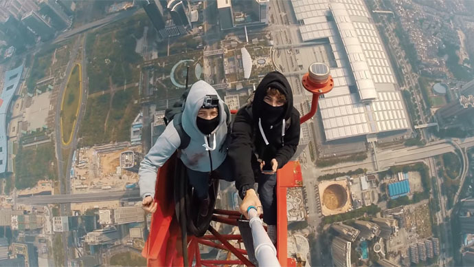 Shenzhen birdmen: Two daredevils, one mega-tall tower and a selfie stick (VIDEO)