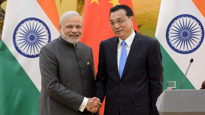 Indian Prime Minister Narendra Modi (L) shakes hands with Chinese Premier Li Keqiang during a news conference at the Great Hall of the People in Beijing, China, May 15, 2015. (Reuters / Kenzaburo Fukuhara)