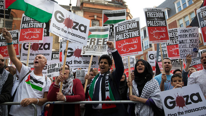 Protesters chant during a pro-Gaza demonstration outside the Israeli embassy in London August 1, 2014 (Reuters / Neil Hall )