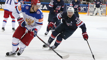 Russia's Artyom Anisimov controls the puck against Trevor Lewis of the US hockey squad in the semifinals of the 2015 IIHF Hockey World Championship in Prague, Czech Republic (RIA Novosti / Grigory Sokilov)