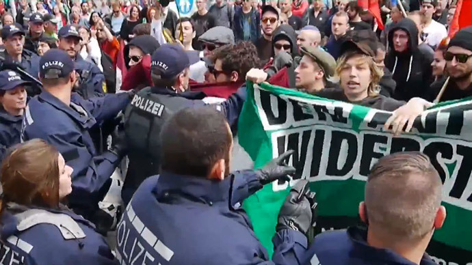 Police injured as thousands protest small PEGIDA rally in Stuttgart (PHOTOS, VIDEO)
