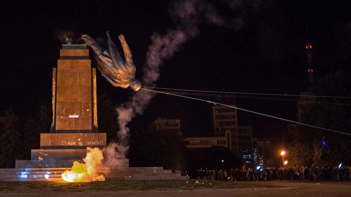 The monument to Vladimir Lenin is toppled in Kharkov. (RIA Novosti/Chekachkov Igor)