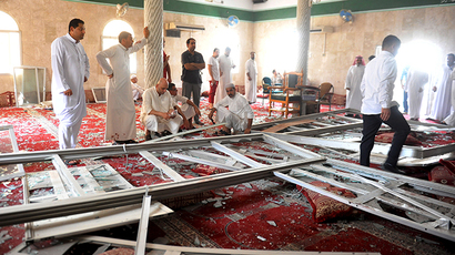 Family members of victims and well wishers are seen after a suicide bomb attack at the Imam Ali mosque in the village of al-Qadeeh in the eastern province of Gatif, Saudi Arabia, May 22, 2015 (Reuters / Stringer)