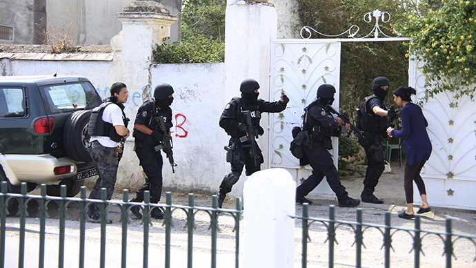 Tunisian anti-terrorism brigade personnel enter a house to take position after a shooting at the Bouchoucha military base in Tunis, Tunisia May 25, 2015 (Reuters / Zoubeir Souissi)