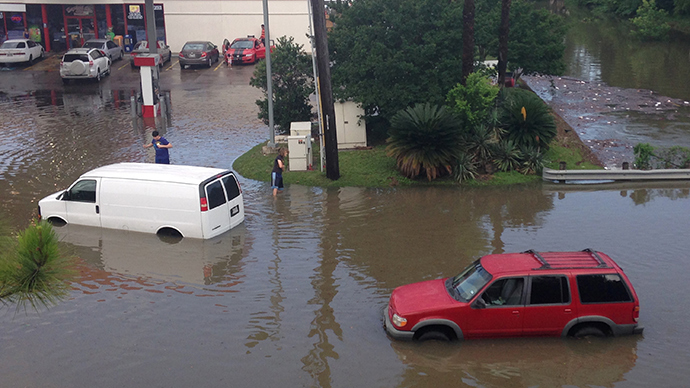 Vehicles are stranded by flood waters in south Houston, Texas May 26, 2015 (Reuters / Daniel Kramer)