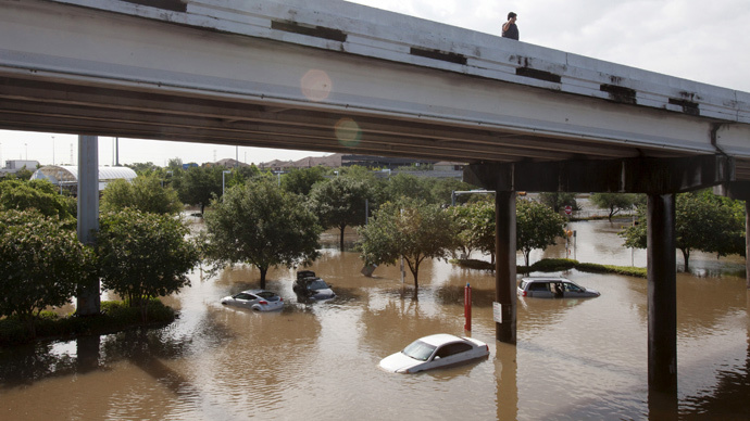 Motorists survey the flood waters in southwest Houston, Texas May 26, 2015. (Reuters / Daniel Kramer)