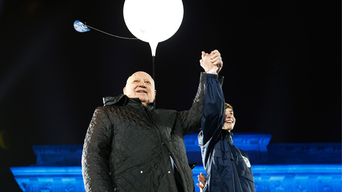Former Soviet leader Mikhail Gorbachev stands on stage in front of the Brandenburg Gate under a lit balloon, part of the installation 'Lichtgrenze' (Border of Light) in Berlin, November 9, 2014.  (Reuters / Michael Dalder)